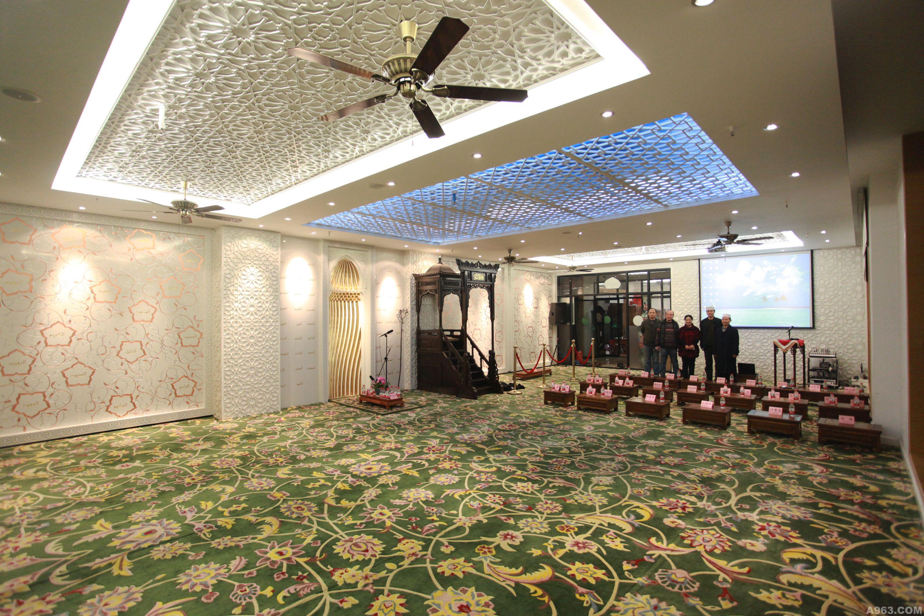内部设计方法上突出伊斯兰教建筑风格,采用镂空阿拉伯花格图案