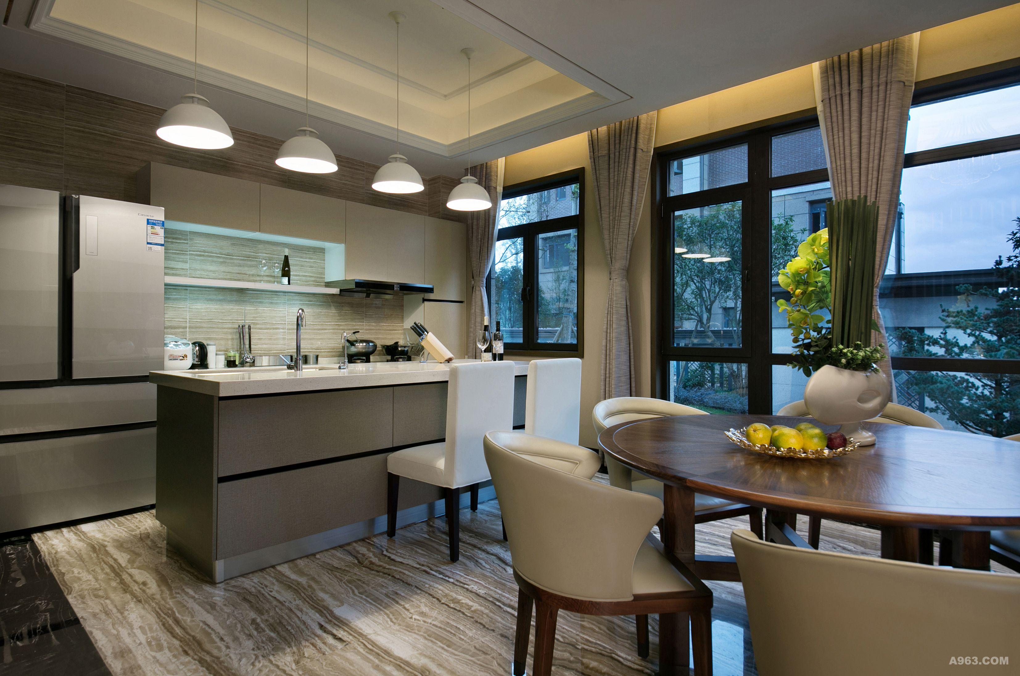 开放式厨房与餐厅空间相互衬托,通过简洁的岛柜将两者的功能有机结合