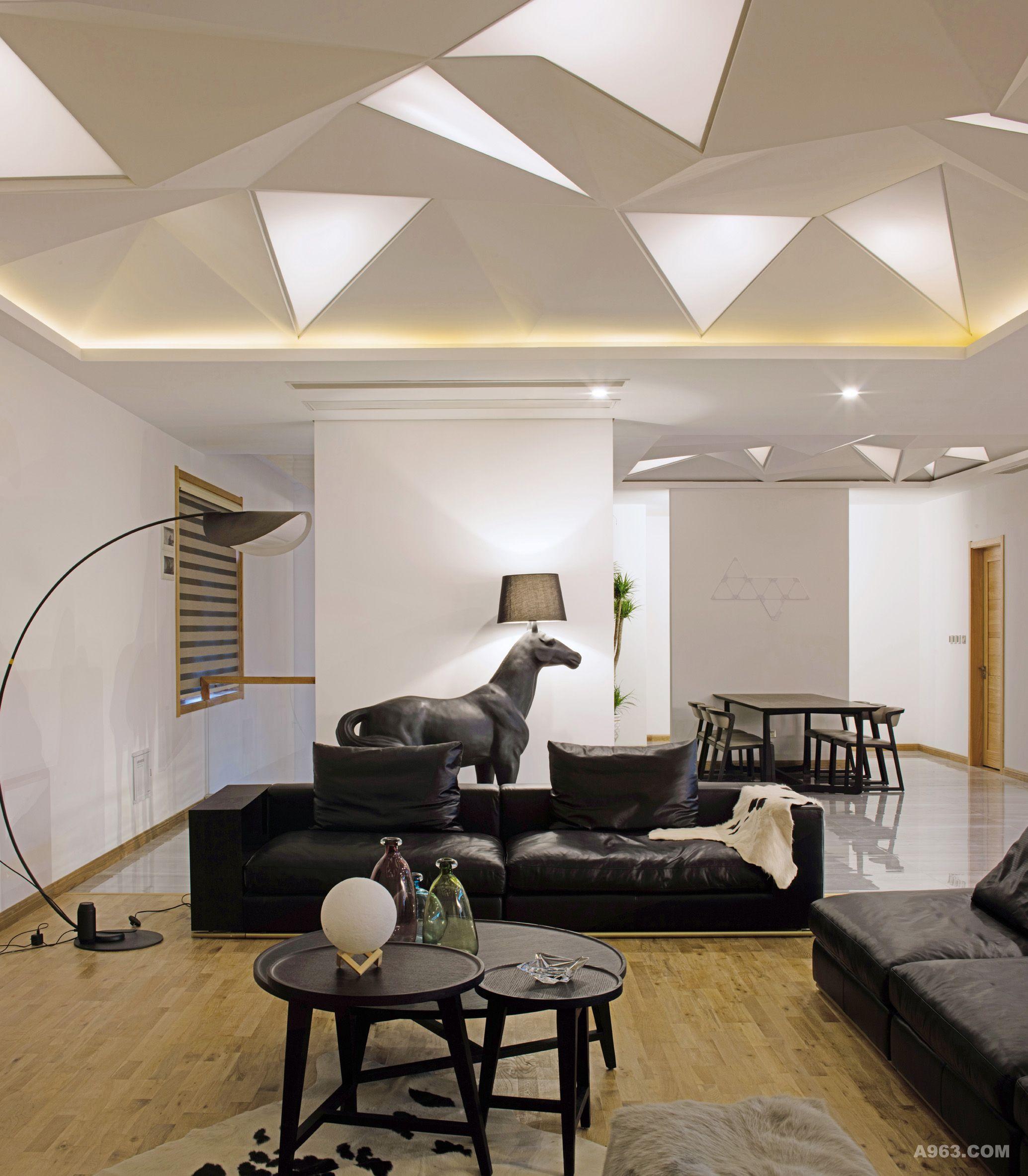 顶面异形吊顶与软膜天花灯光的组合,模拟自然光的照射方式,赋予了空间