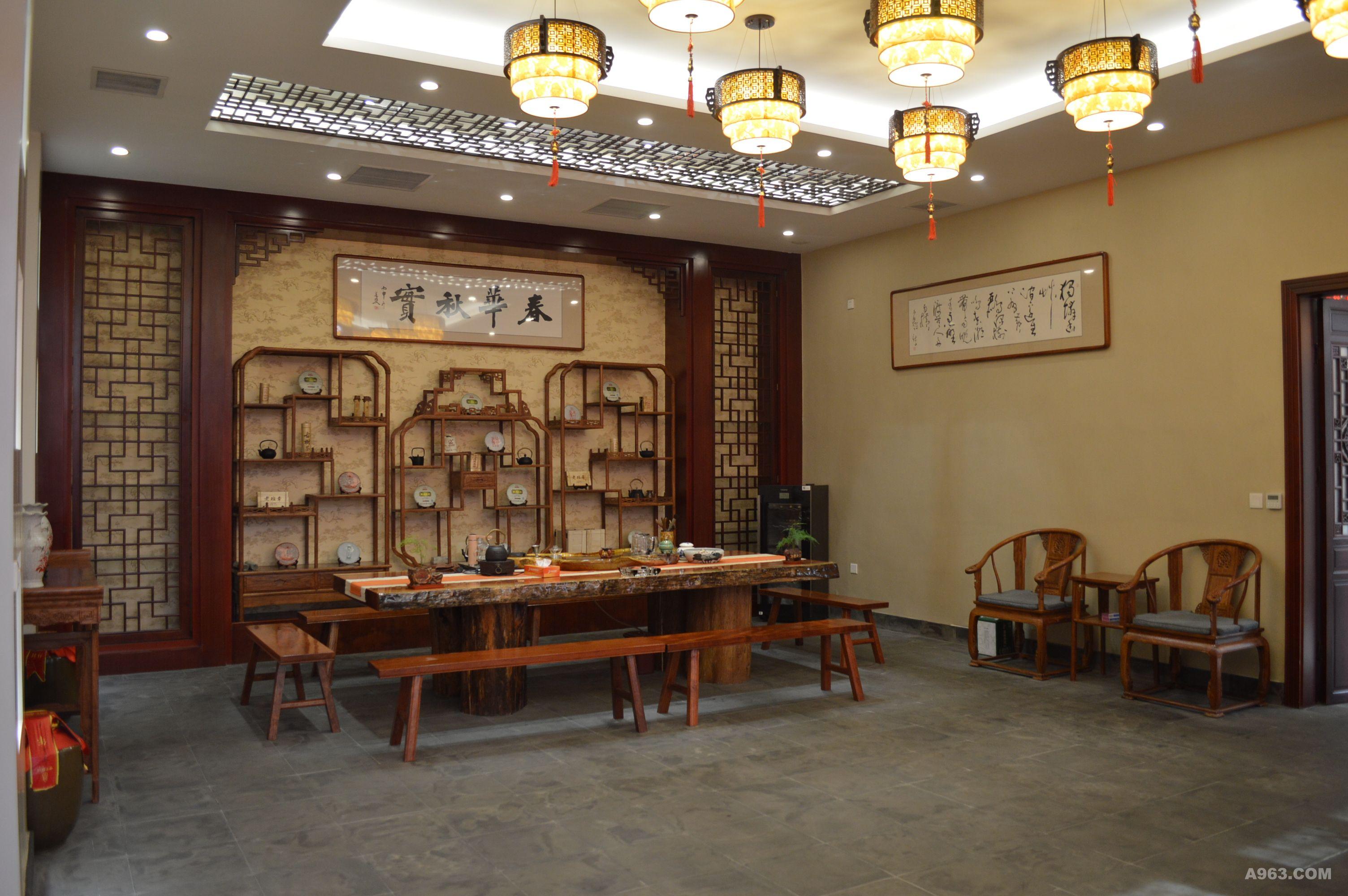 现代的手法,中式的元素点缀,加之厚韵的收藏品对其增添活力, 使之内容丰富,在商谈闲暇之际帮顾客有素材可聊