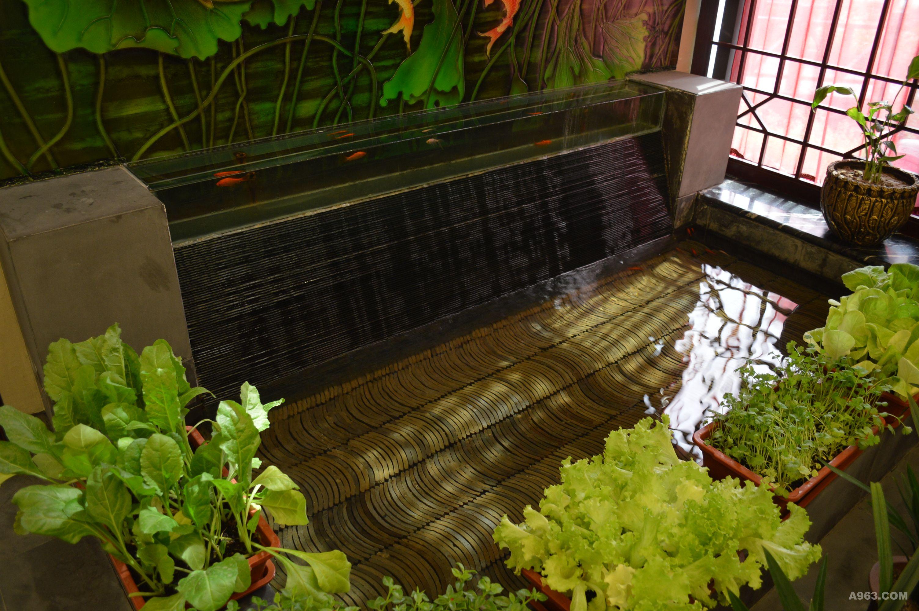 入户的空间用从蓝天到河水之间定制的玻璃起到防水的作用,下面 水系是玻璃跌级的水池,底下用瓦片排列的视觉打破了水的单调,池边 绿色无污染蔬菜是主人的挚爱,本方案充分体现大企业家对生活细节的 无微不至热情。
